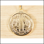 Pingente Medalha São Bento e Cruz Proteção Folheado á Ouro
