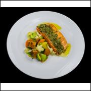 Salmão ao molho de alcaparras com verduras